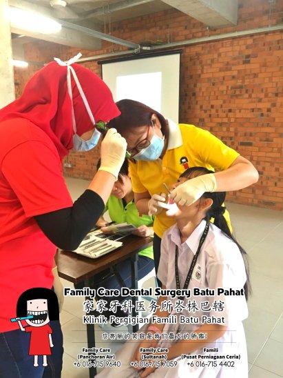 Family Care 家家牙科医务所峇株巴辖 柔佛 马来西亚 峇株巴辖 牙科 牙医 社区服务 到 峇株巴辖华仁中学 为 初中一的学生检查牙齿 A02-16