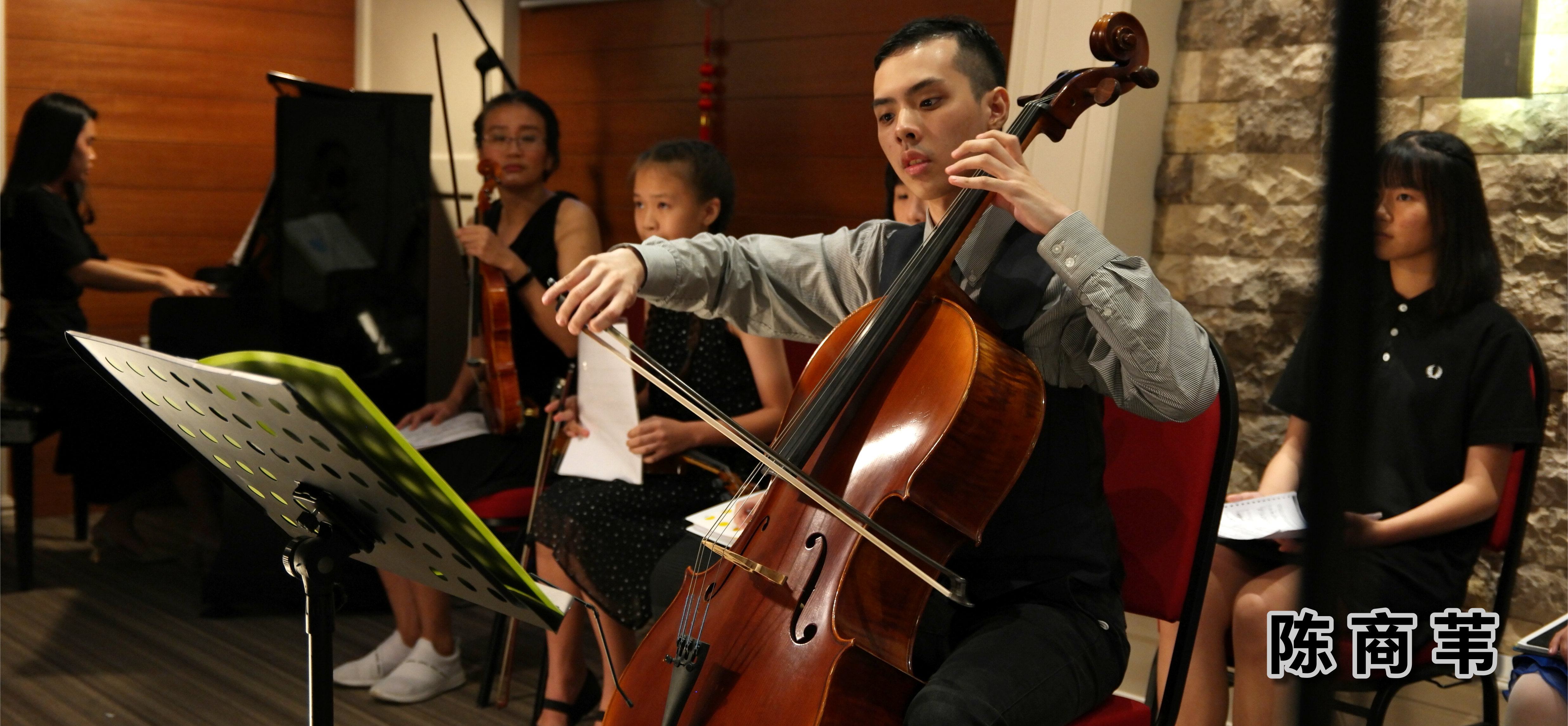 陈商苇 大提琴音乐老师 自闭症青年 生于音乐家庭 出生于马来西亚 柔佛州 新山 陈商苇出师于 New Opera Ltd 音乐总监 以及 Singapore Symphony Orchestra 大提琴家 Chan Wei Shing 先生 A04
